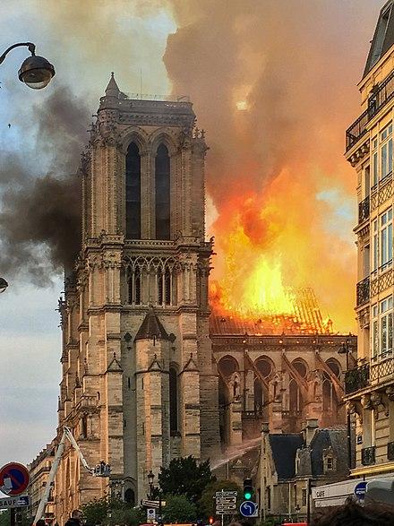 This image has an empty alt attribute; its file name is 440px-incendie_notre_dame_de_paris.jpg